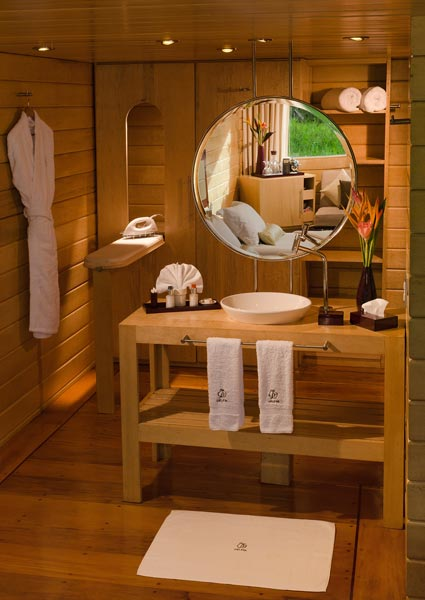 gallery-amazon-cruise-delfin-i-deluxe-master-suite-lavatory.jpg