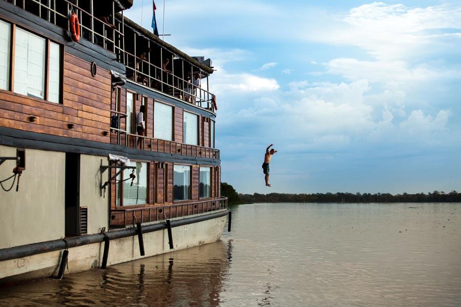 gallery-amazon-cruise-delfin-ii-boat-jumping.jpg
