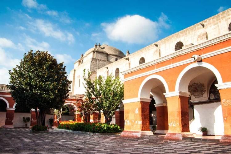 pacha-peru-blog-arequipa-vs-iquitos-santa-catalina-monastery